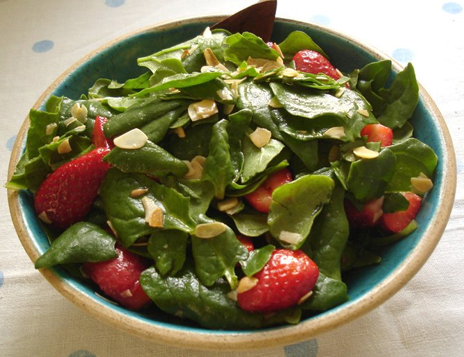 Spinach salad with sauce